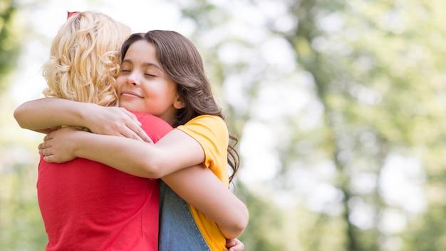 Meninas jovens, abraçando