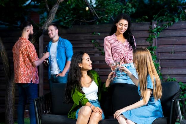 Meninas jovens, brindar, bebidas, vista dianteira