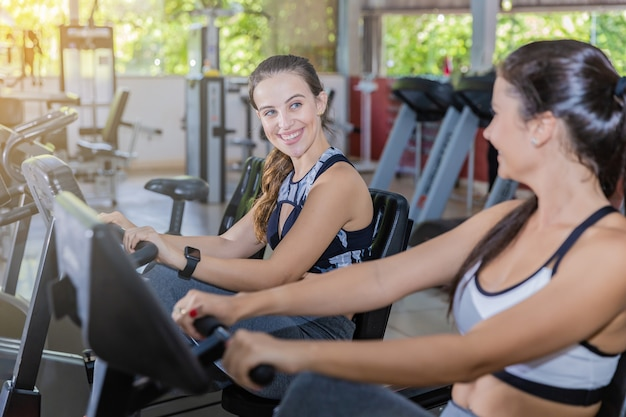 Meninas jovens, ciclismo, em, um, ginásio