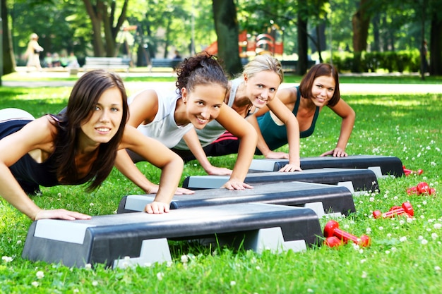 Meninas jovens e atraentes, fazendo exercícios de fitness