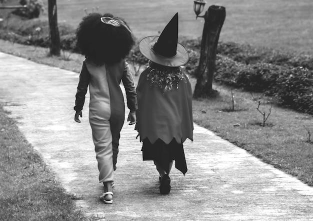 Meninas jovens, em, dia das bruxas, trajes
