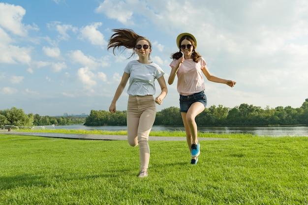 Meninas jovens estão correndo
