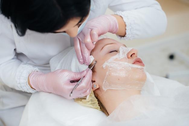 Meninas jovens fazem limpeza mecânica do rosto em uma clínica de cosmetologia moderna. cosmetologia.