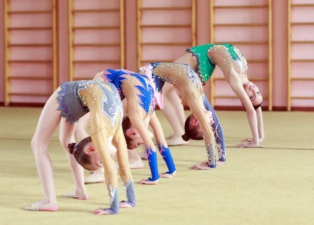 Meninas jovens fazendo ginástica.