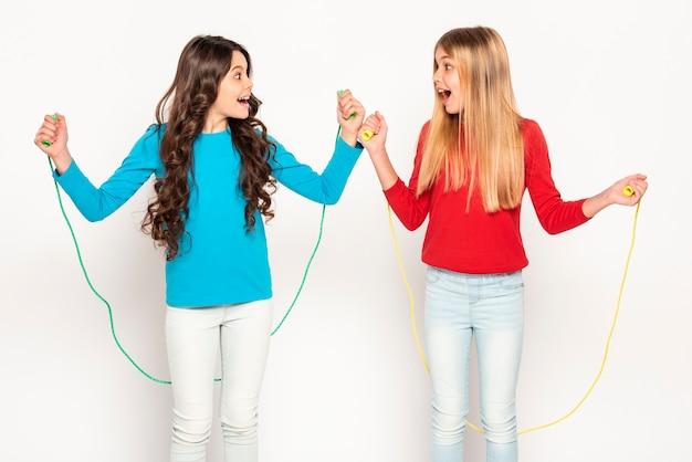 Meninas jovens, pular corda