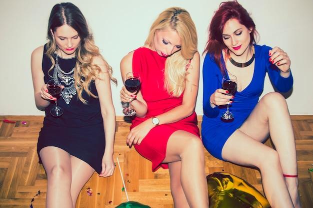 Meninas legais preparadas para a festa