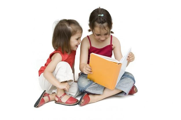 Meninas lendo um livro isolado