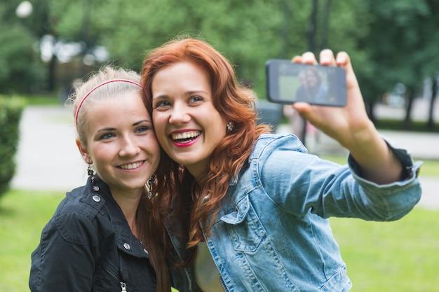Meninas, levando, selfie, telefone móvel