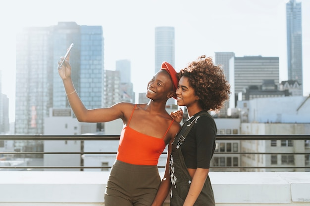 Meninas, levando, um, selfie, em, um, telhado