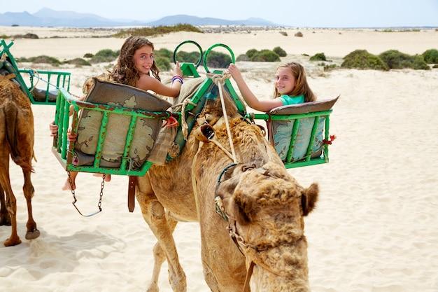 Meninas, montando, camelo, em, canário, ilhas