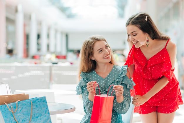 Meninas, mostrando, seu, novo, roupas