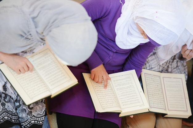 Meninas muçulmanas e árabes aprendendo juntos em grupo