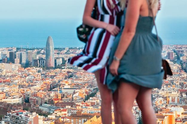 Meninas muito turva contra a vista superior do barcelona