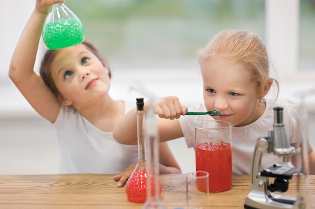 Meninas na aula de ciências fazendo experimentos
