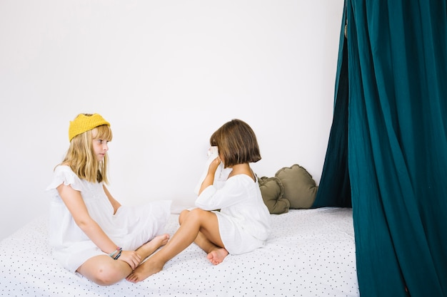Meninas na cama olhando um para o outro