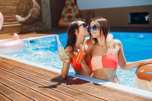 Meninas na festa de verão na piscina
