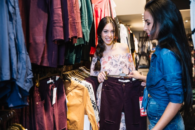 Meninas na loja de roupas aproveitando o tempo juntos