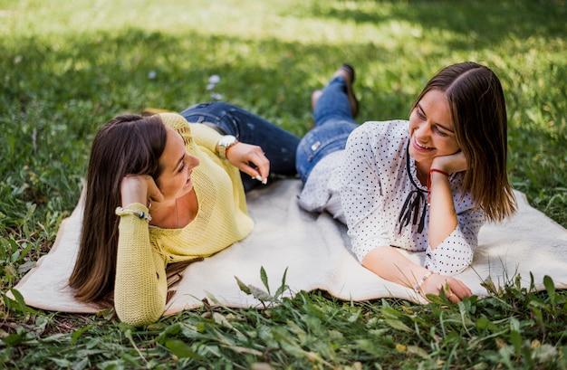 Meninas na natureza, olhando um ao outro