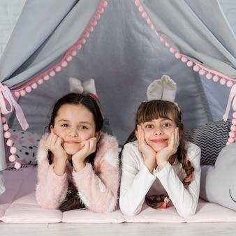 Meninas na tenda
