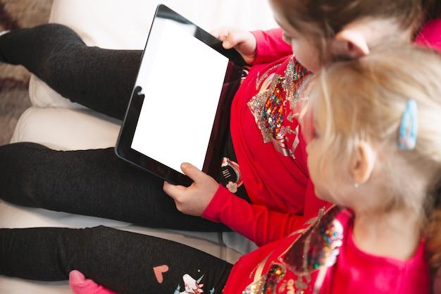 Meninas navegando tablet com display em branco