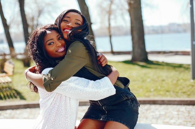 Meninas negras na moda em um parque