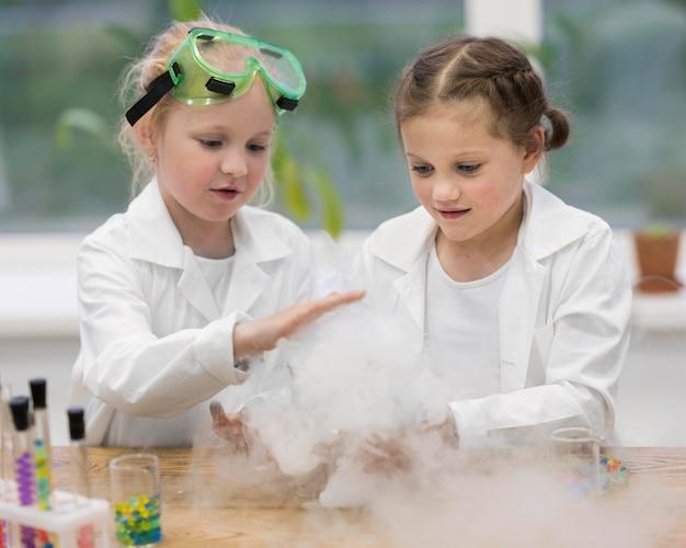 Meninas no laboratório fazendo experimentos