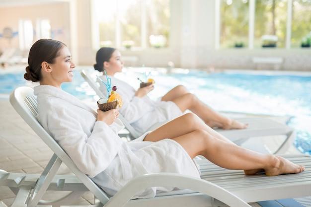 Meninas no spa resort