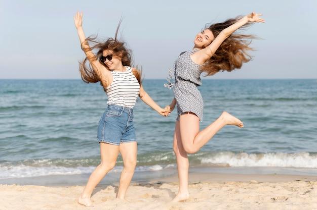 Meninas, passar algum tempo juntos na praia