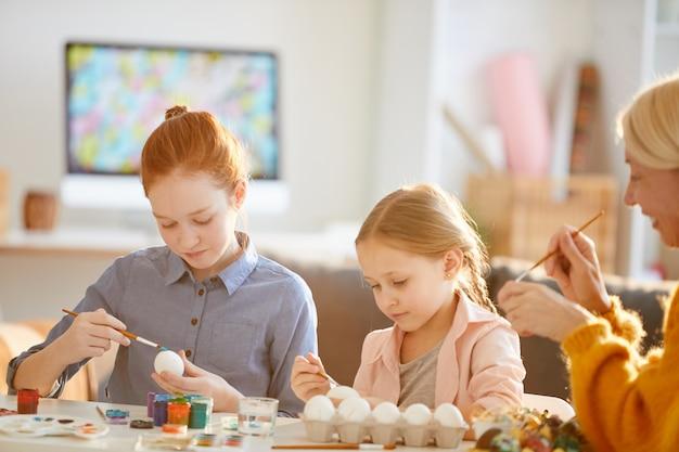 Meninas pintando ovos para a páscoa