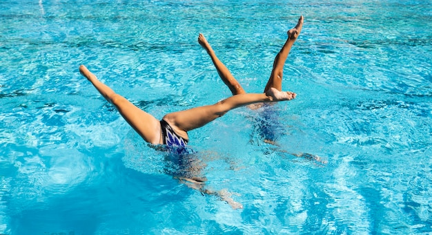 Meninas posando dentro da piscina