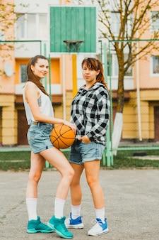 Meninas, posar, com, basquetebol