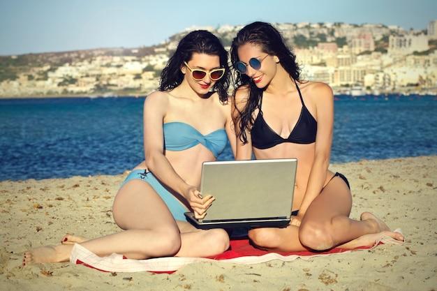Meninas, praia, com, um, laptop