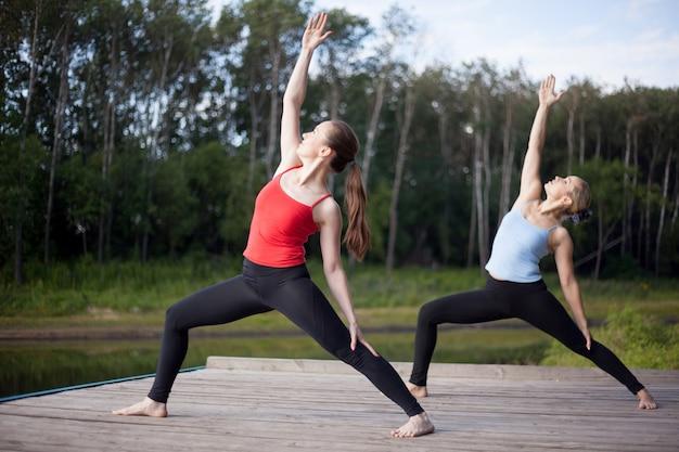 Meninas que fazem yoga juntos