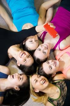 Meninas que tomam um selfie no centro de fitness