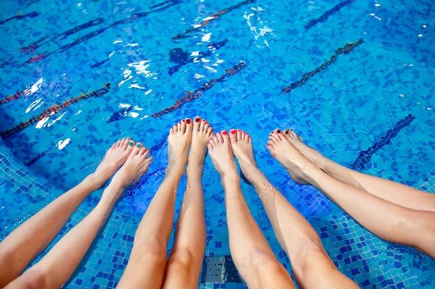 Meninas relaxantes na piscina.