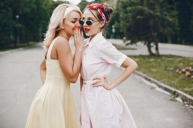 Meninas retrô em um parque