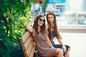 Meninas retrô em uma cidade