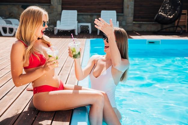 Meninas, rir, e, desfrutando, seu, coquetéis