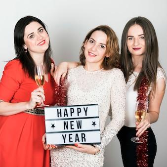 Meninas, segurando, feliz ano novo, sinal