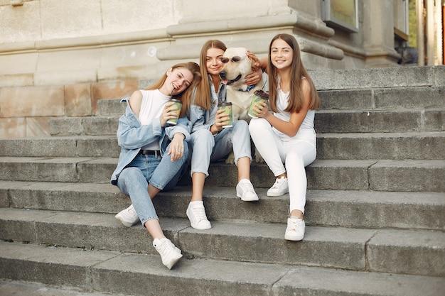 Meninas, sentado em uma escada com cachorro fofo