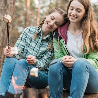 Meninas sorridentes com marshmallow