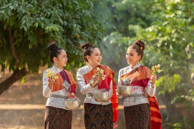 Meninas tailandesas salpicos de água durante festival festival songkran