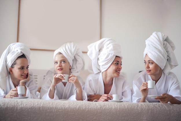 Meninas, tendo uma tarde feminina