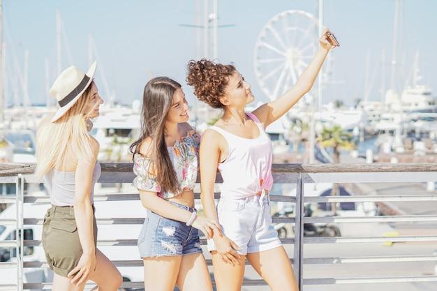 Meninas tirando selfie