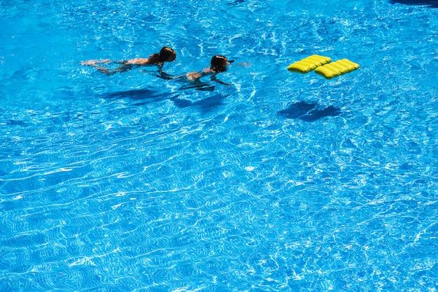 Meninas, tocando, com, um, flutuador, em, a, piscina