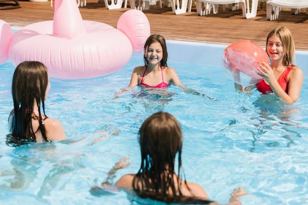 Meninas, tocando, em, piscina