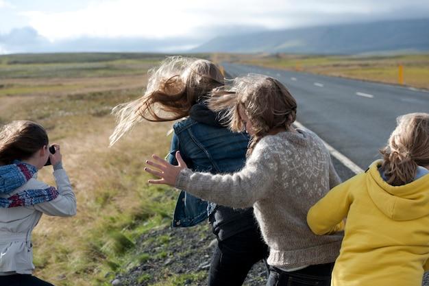 Meninas, vista traseira, ligado, um, dia ventoso, perto, a, rodovia