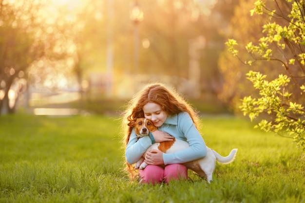 Menininha, abraçando, dela, amigo, um, cão, ao ar livre