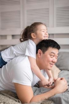 Menininha, abraçando, pai