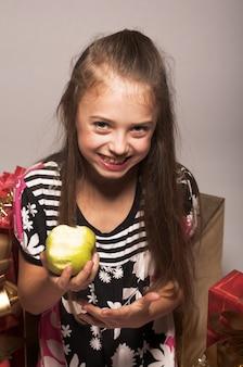Menininha, com, maçã verde